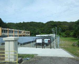 甑島 廃校校庭のソーラーパネル